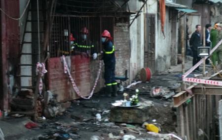 Gia đình lập bàn thờ vội cho nữ sinh xấu số ngay tại hiện trường vụ cháy