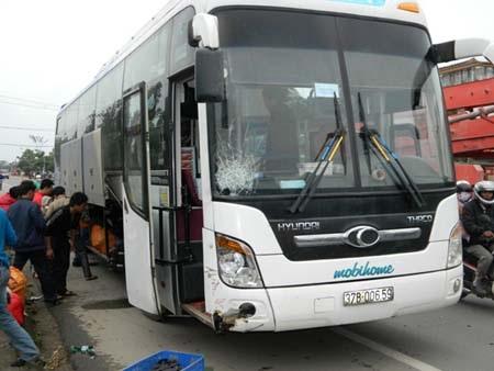 Xe khách gây tai nạn (Ảnh: Khuất Hậu)
