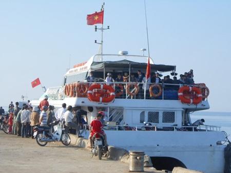 Tàu cao tốc An Vĩnh 01 vận chuyển khách từ đảo Lý Sơn vào đất liền.