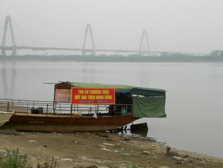 Chiếc thuyền dưới chân cầu Nhật Tân là nơi anh Dũng trực hàng ngày để phát hiện xác chết trôi sông