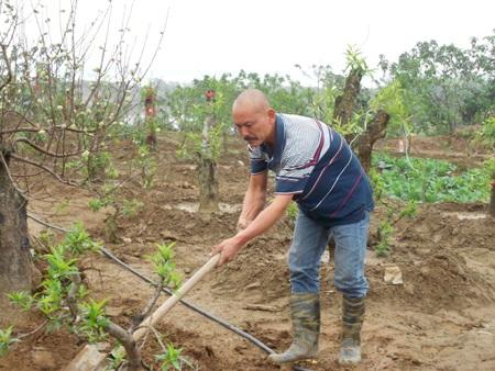 Anh Dũng hơn 30 năm tình nguyện vớt xác người trôi sông (Ảnh: Tuyến Phan)