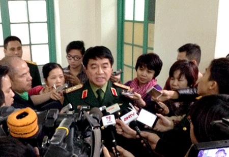 Trung tướng Võ Văn Tuấn trao đổi với báo chí (Ảnh: Tuấn Hợp)