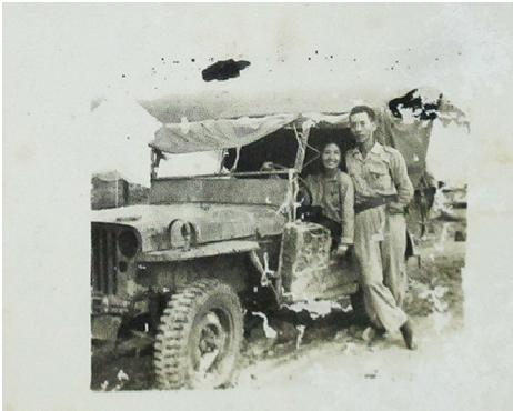 Cao Văn Khánh và Ngọc Toản chụp trên chếc xe Jeep tại Điện Biên Phủ 5-1954