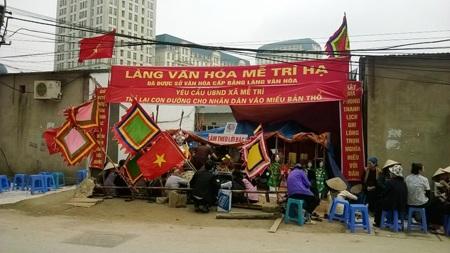 Người dân tập trung, lập bàn thờ đối diện trụ sở UBND xã