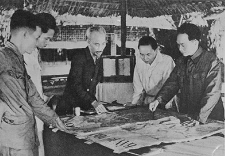 Chủ tịch Hồ Chí Minh và Trung ương Đảng tại Chiến khu Việt Bắc, tháng 12/1953.