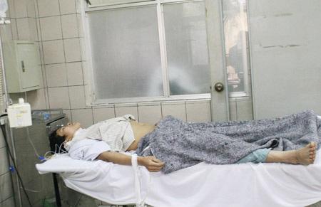 Anh Đặng Hữu Thuận mặc dù tỉnh táo nhưng theo nhận định là trường hợp ngộ độc nặng nhất.