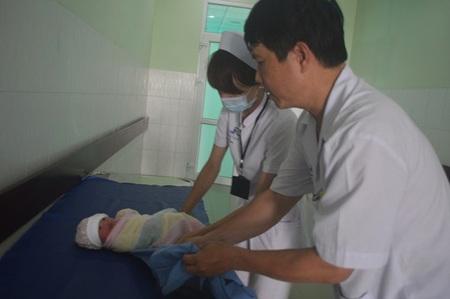 Bé gái sơ sinh bị bỏ rơi đang được chăm sóc tại bệnh viện