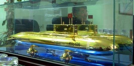 Hình ảnh ông Hòa in vào mô hình chiêc tàu ngầm trên bàn làm việc của ông.