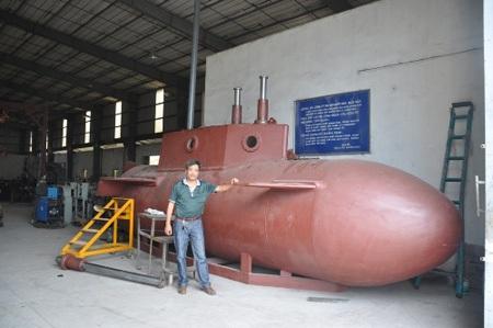 Ông Hòa bên chiếc tàu ngầm khi đang trong thời gian chế tạo