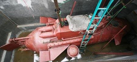 Chiếc tàu ngầm của ông Hòa đang tiếp tục được thử nghiệm trong bể.