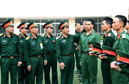 Trung tướng Nguyễn Quốc Khánh, kiểm tra việc cắt tóc 3 phân tại Lữ đoàn 144 (Bộ Tổng Tham mưu)
