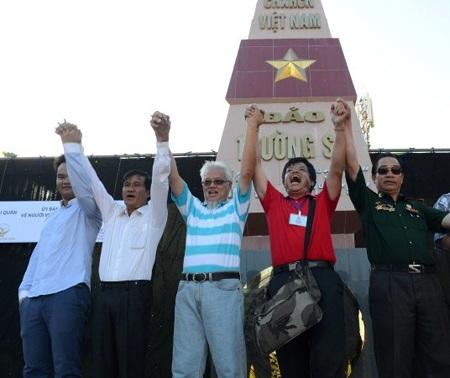 Đoàn đại biểu Việt kiều trước bia chủ quyền ở đảo Trường Sa Lớn. Ảnh: Trúc Thanh