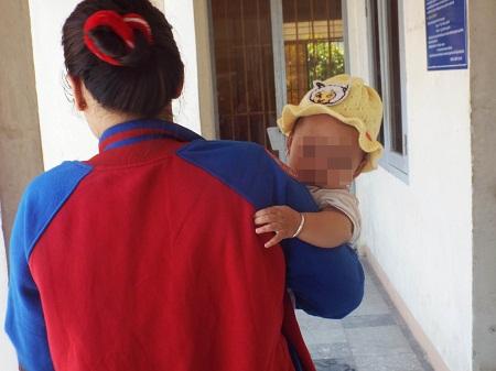 Bé H.N.B.H (sinh tháng 9/2013) được bế đến xã để giao lại cho mẹ
