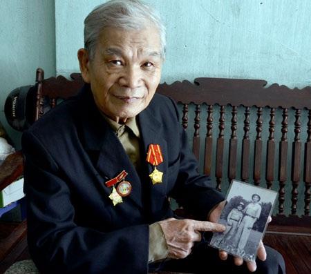 Ông Đàm Sính và bức ảnh ông chụp cùng một cán bộ của Cục Bảo vệ