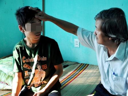 Em Phạm Văn Hảo bị sốt rét và đang được chăm sóc