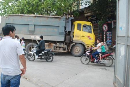 Xe tải kịp dừng ngay trước mũi cửa hàng.
