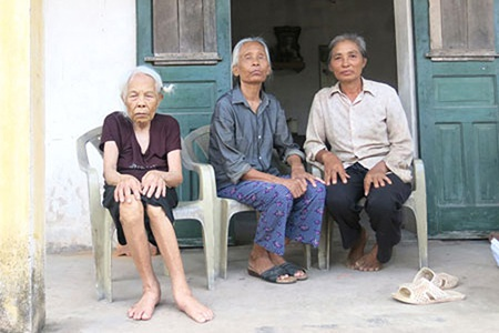 Cựu TNXP Nguyễn Thị Cúc (Vũ Thư, Thái Bình) đã hơn 30 năm mù lòa (ngồi giữa) bên mẹ già và em gái.