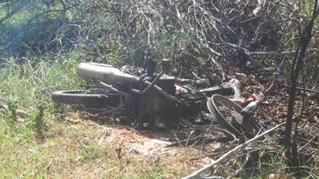Thi thể nam thanh niên và chiếc xe máy bị thiêu cháy trơ khung