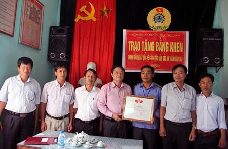 CĐ ĐSVN tặng bằng khen cho nhân viên Nguyễn Anh Hoàng. Ảnh: Anh Tuấn