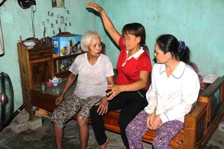 Chị L. (giữa) đang kể những năm tháng lưu lạc nơi xứ người cho mẹ và chị dâu nghe
