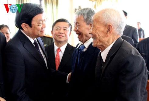 Chủ tịch nước hỏi thăm bà con xã Cẩm Hưng