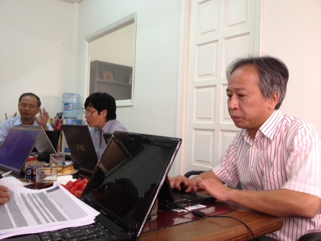 Hội đồng Sơ khảo chấm duyệt các sản phẩm NTĐV 2012 trong lĩnh vực CNTT (ảnh: Bảo Trung)