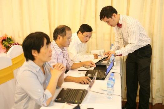 Các tác giả sản phẩm Hệ thống biến báo điện tử thành báo nói ViNAS trình bày sản phẩm.