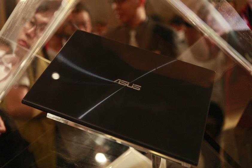 Phần mặt lưng và viền xung quanh bàn phím được phủ kính Gorilla Glass thế hệ thứ 3.