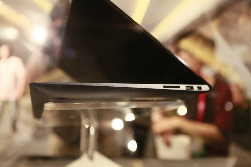 Chiếc máy chỉ mỏng 15,5mm - mỏng hơn 14% so với các thế hệ Zenbook trước đây.