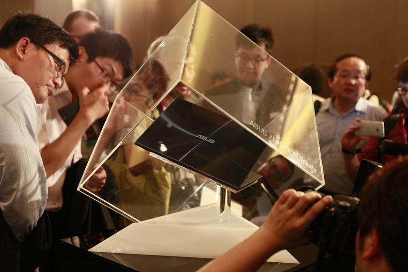 Máy được đặt trong một hộp kính lập phương