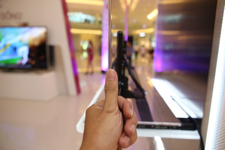 Công nghệ màn hình hữu cơ OLED không sử dụng đèn nền, giúp TV đạt độ mỏng4,4mm.