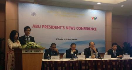 Thành viên Ban Chủ tịch trả lời các câuhỏi củaphóng viên trong buổi họp báo.