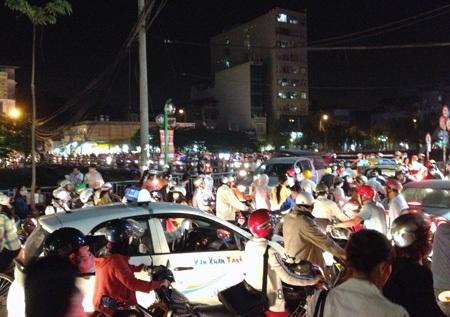 Dòng người đổ về từ 4 phía khiến giao thông tại khu vực cầu Khương Đình kẹt cứng.