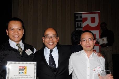 Vẻ mặt rạng rỡ của đại diện Centech tại Mỹ khi nhận Giải thưởng do Red Herring trao tặng