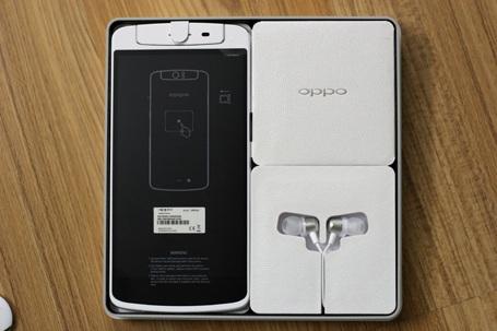 Mở hộp N1, phụ kiện gồm có sạc, dây synch, tai nghe,que chọc sim....