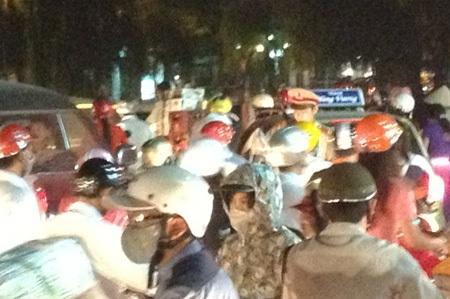 Cảnh sát giao thông điều tiết giao thôngrất vất vả.