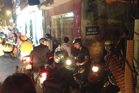 Người đi xe máy tìm vào những ngõ hẻm để mong thoát khỏi cảnh tắc đường.