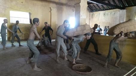 Những bức tượng tái hiện cảnh tù nhân bị tra tấn ở nhà tùCôn Đảo.