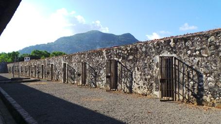 Cổng dẫn vào trại Phú Tường (nơi các nhà báo phương tây phát hiện chuồng cọp kiểu Pháp)