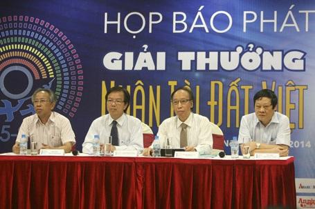 Đại diện Ban Tổ chức, Ban Giám khảo trả lời các câu hỏi của phóng viên trong buổi họp báo.