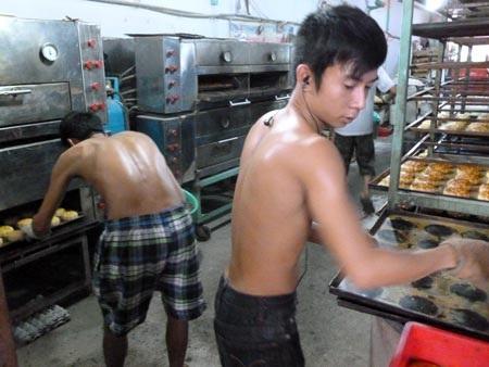 Nhân viên Hồng Hoa Đồng Khánh (TP Hồ Chí Minh) làm việc không bảo hộ lao động.