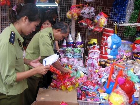 Đội Quản lý thị trường số 1 kiểm tra mặt hàng đèn lồng ở cửa hàng 72 Hàng Mã (TP Hà Nội) trưa 25/9.