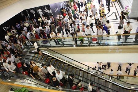 Khách tham quan, mua sắm trong ngày khai trương