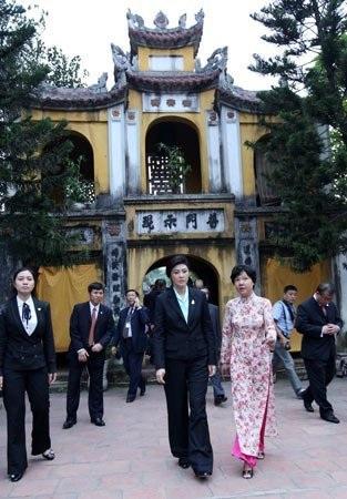 Bà Yingluck Shinawatra viết lưu bút tại khu di tích nhà sàn Bác Hồ