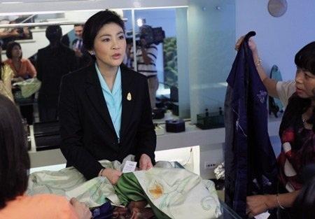 BàYingluck Shinawatra mua lụa tại một cửa hàng trên phố Hàng Gai