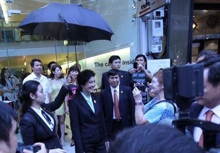 Sau khi thăm thú mua sắm, bà Thủ tướng vẫy chào người dân trước khi lên xe