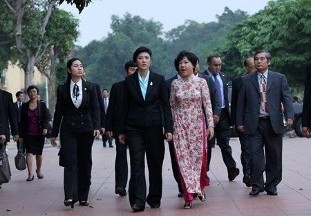 Thăm khu nhà sàn Bác Hồ trong khu di tích, nữ Thủ tướng Thái Lan thích thú cho cá ăn