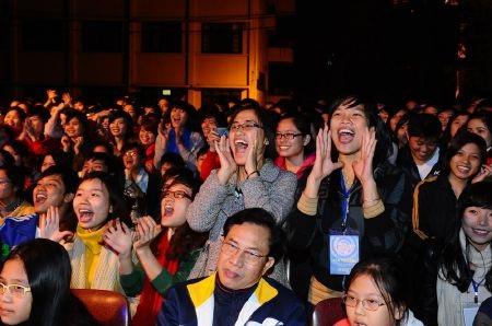 Nhiều sinh viên nữ phía dưới liên tục hô tên của ban nhạc và cổ vũ nhiệt tình.