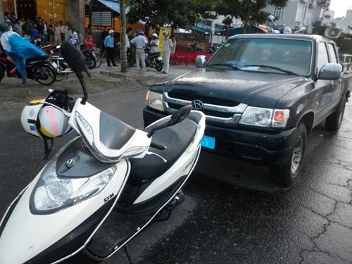 Người dân dùng xe máy chặn xe của Đội Điều tra trật tự đô thị, yêu cầu phải xin lỗi