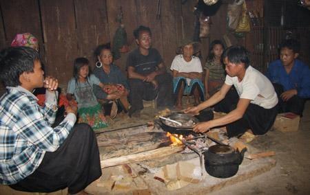Gia đình ông Tu vào buổi tối. Mỗi ngày, gia đình ông ăn hết 20 kg..